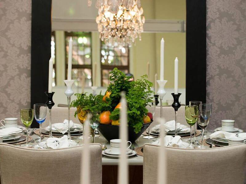 sala de jantar com lustre de cristal de rochas