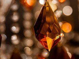 Foto de um cristal lapidado em cores quentes pendurado
