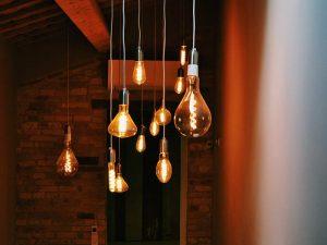 Fotos de várias lâmpadas de cores quentes penduradas no tento de forma decorativa