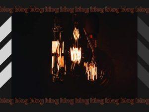 Foto de lâmpadas com cores quentes em um fundo preto