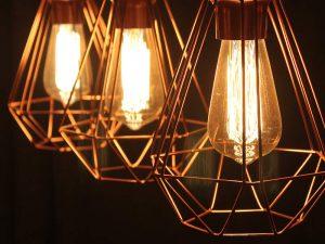 Três lâmpadas alinhadas uma do lado outra de forma decorativa