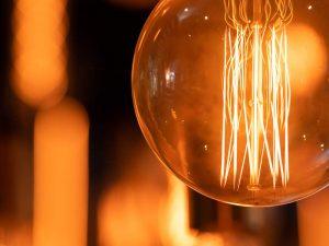 Foto com foco em uma lâmpada como decoração e o fundo desfocado