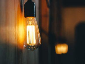 Foto de uma lâmpada pendurada como decoração