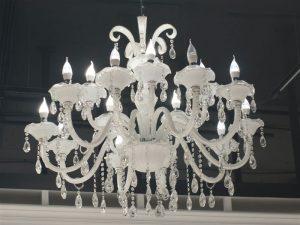 Lustre branco com lâmpadas de cores neutras pendurado no teto