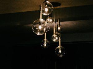 Lâmpadas redondas com luzes neutras e mudando a percepção do ambiente