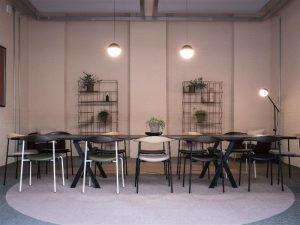 Sala de reunião com estilo Yuppie e diversos itens com estilo industrial como decoração