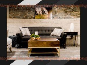 Sala de estar com um sofá ao centro com peças industriais ao seu redor como decoração