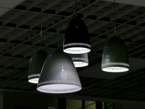 Luminárias com luzes frias penduradas no teto