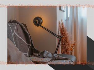 Luminária no canto da cama de casa em formato geométrico
