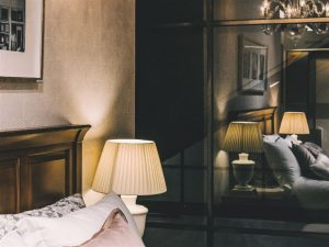 Cabeceira de uma cama de casal em um quarto decorado com estilo clássico