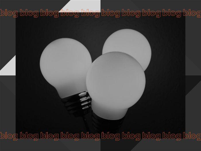 Três lâmpada brancas uma do lado da outra