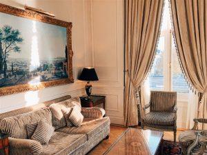 Sala de estar com decoração Clássica com luz da janela entrando deixando tudo bem calmo e luminoso