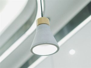 Lâmpada de Led bivolt branca pendurada no teto