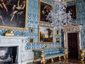 Ambiente estilizado no classismo francês em tons azul e durado e lustre antigo no teto