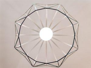 Lâmpada branca dentro de uma gaiola de proteção