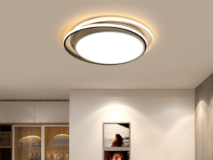 Plafon redondo no teto com iluminação direta