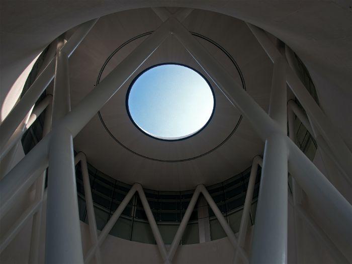 Local com iluminação em cúpula