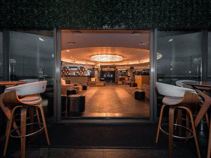Amplo restaurante com um plafon de luz indireta no teto