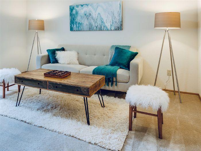 Luminárias de chão ao lado do sofá na sala de estar