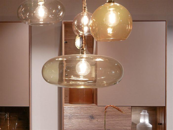 Luminárias suspensas em cima da mesa da sala