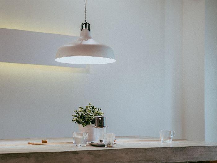 Cozinha americana com iluminação suspensa com Plastichumbo