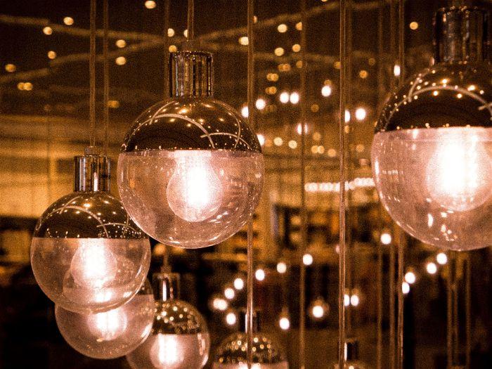 Diversas lâmpadas suspensas em trilhos eletrificados