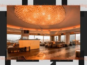 Sala ampla com um plafon instalado no teto