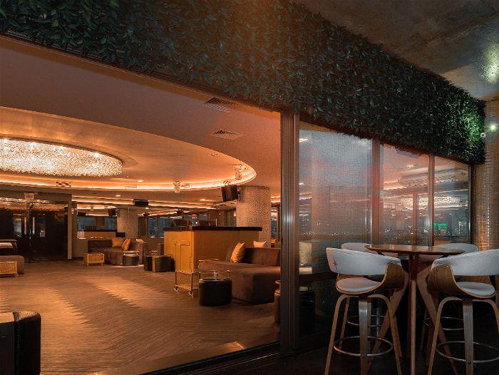 Sala ampla com plafon instalado com cores quentes