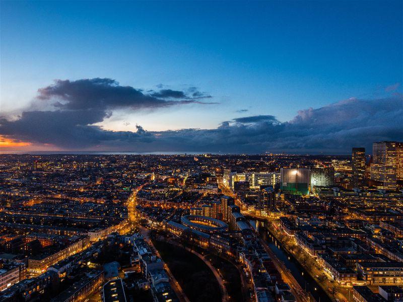 Cidade iluminada vista de cima