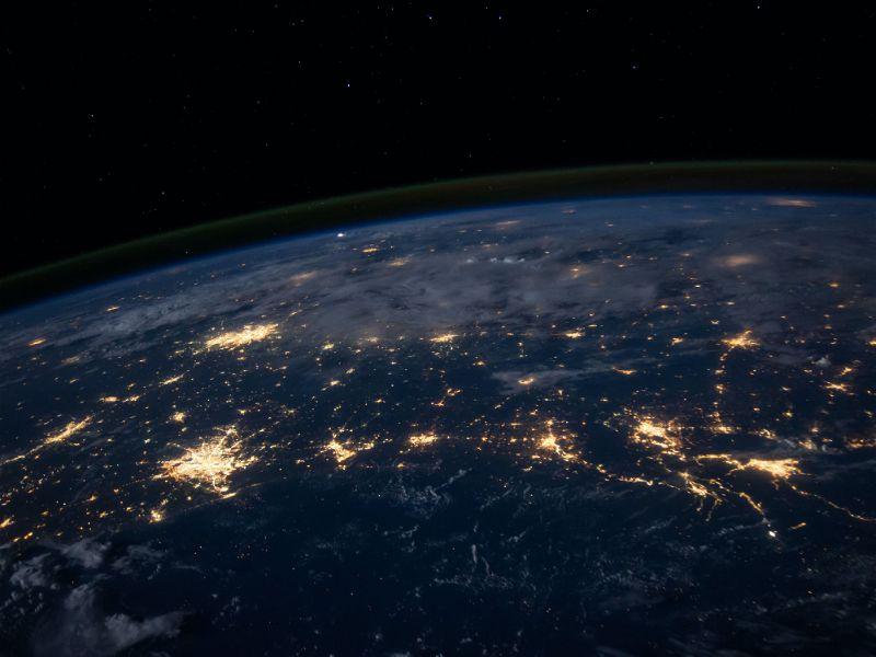 Parte do planeta terra visto de perto com pontos de luz