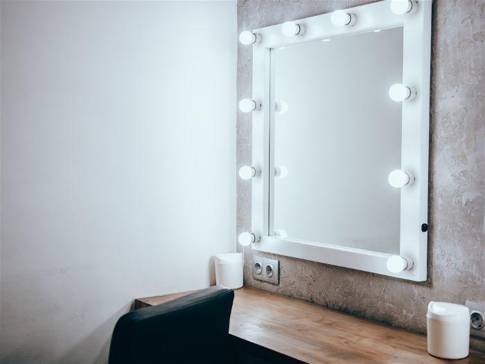 Espelho com lâmpadas brancas em todas as bordas