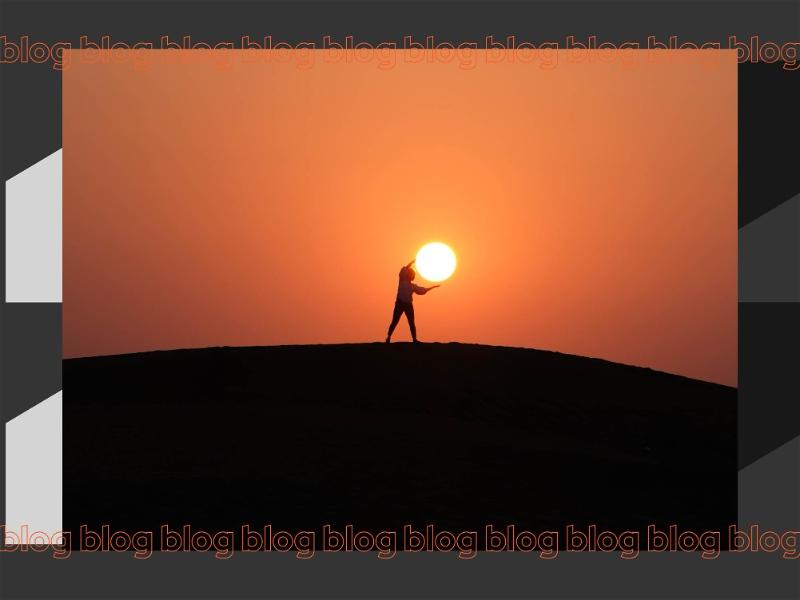 homem fingindo segurar o sol ao pôr do sol