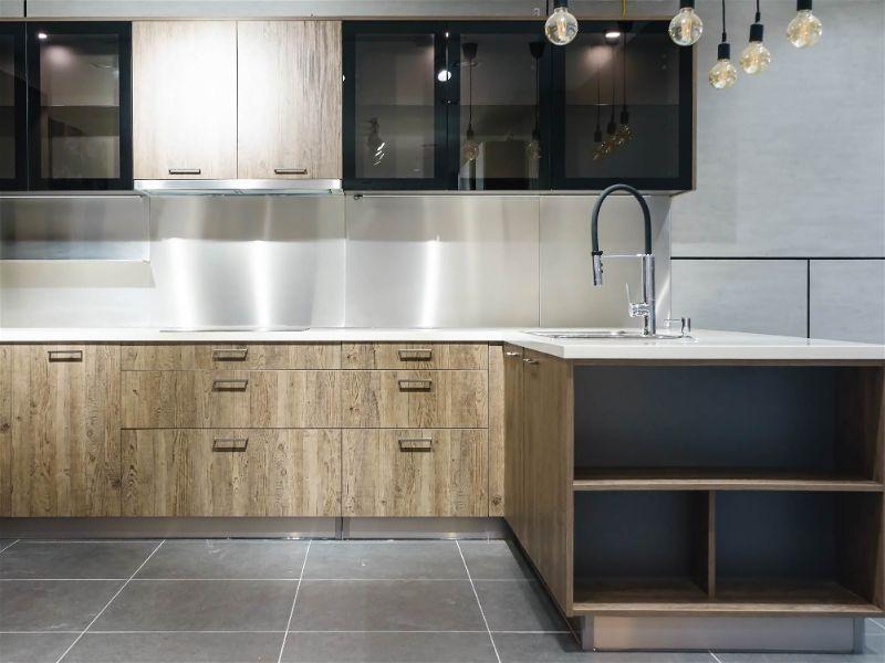 Cozinha moderna com grande bancada e diversos pontos de iluminação e diferentes tipos de lâmpada