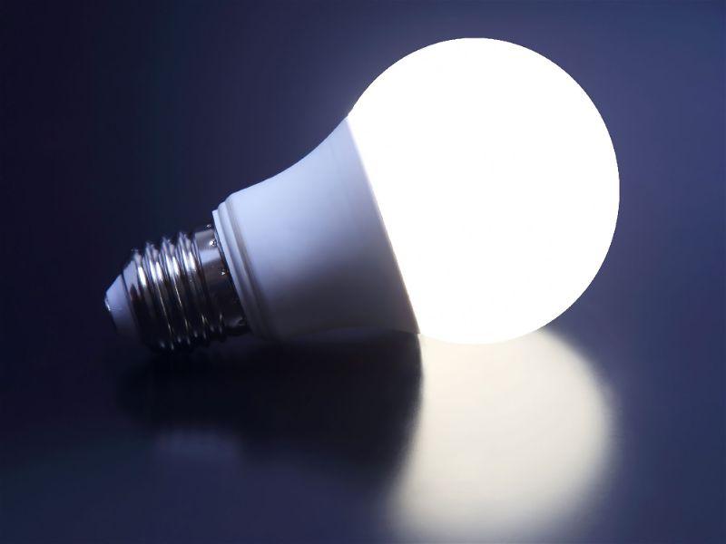 Imagem com fundo escuro e lâmpada de LED no centro e acesa