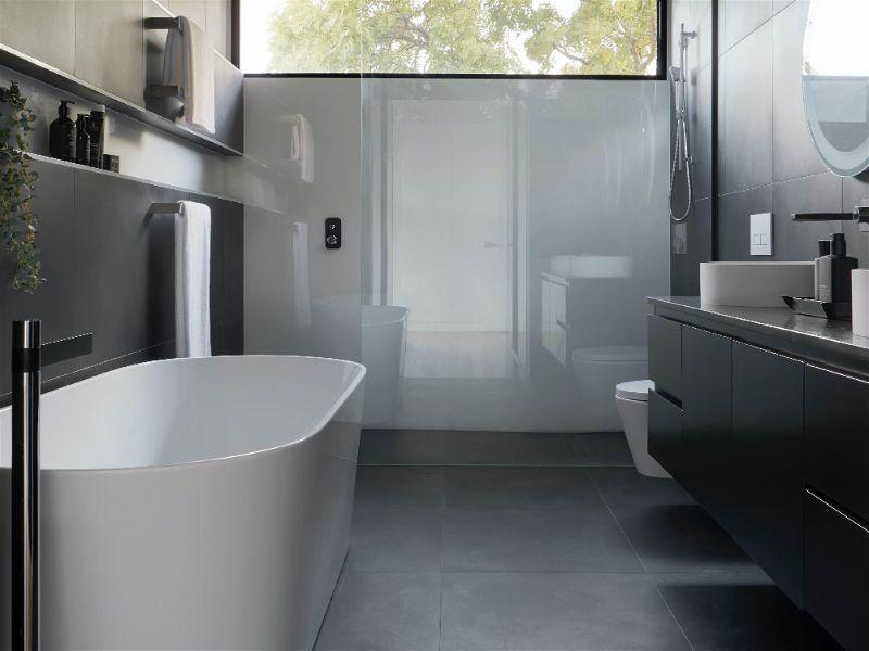 Pequeno banheiro moderno com janela grande melhorando a iluminação.