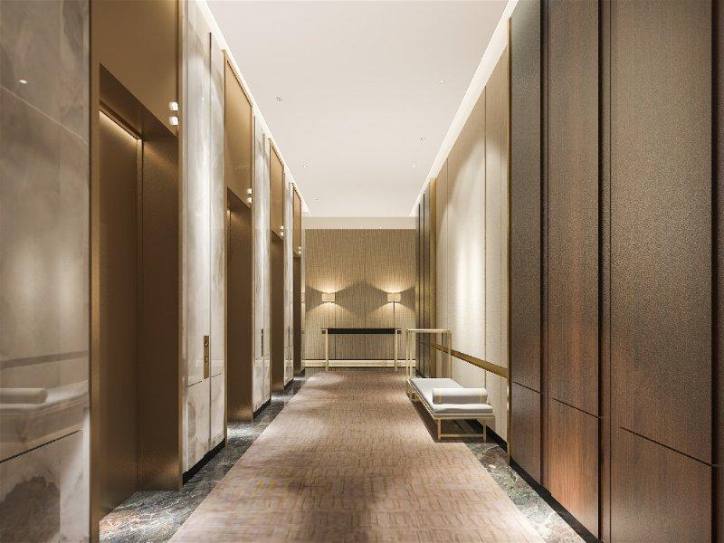 Grande corredor com móvel planejado claro e portas transparentes