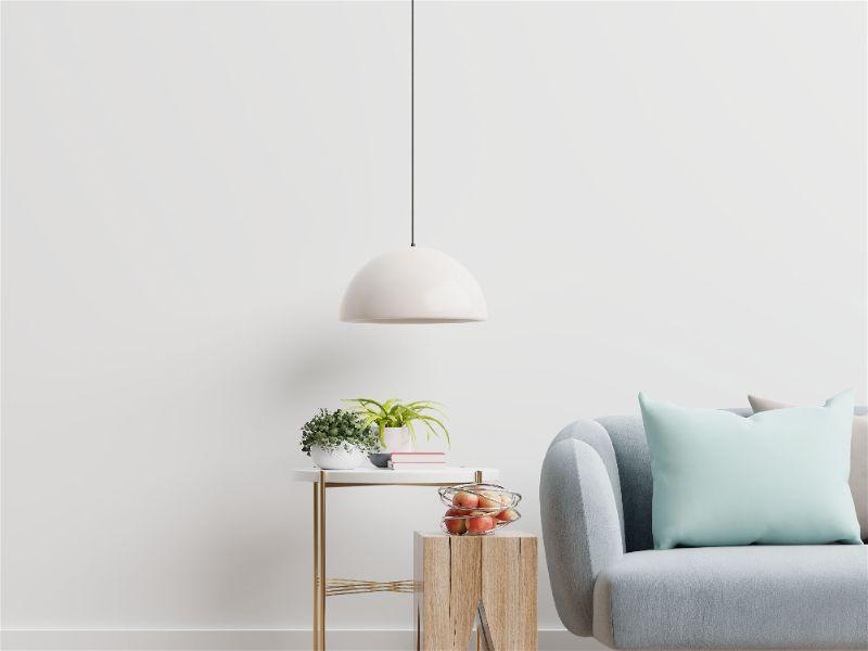 Luminária branca de teto ao lado de sofá