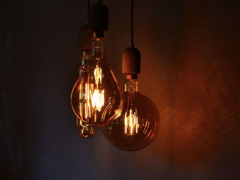 Foto de três lâmpadas incandescentes, cada uma de formatos diferentes Inventor lâmpada.