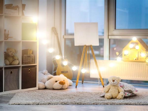 quarto infantil com brinquedos e varal de luz