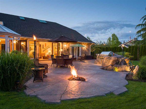 imagem de uma mansão com fogueira acesa ao chão!
