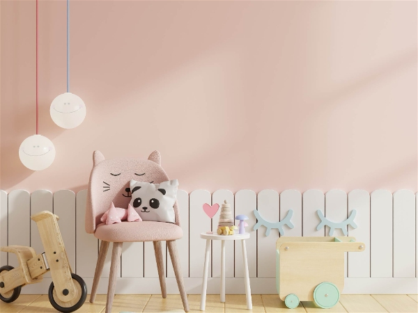 quarto infantil rosa com brinquedos e luz natural entrando à direita