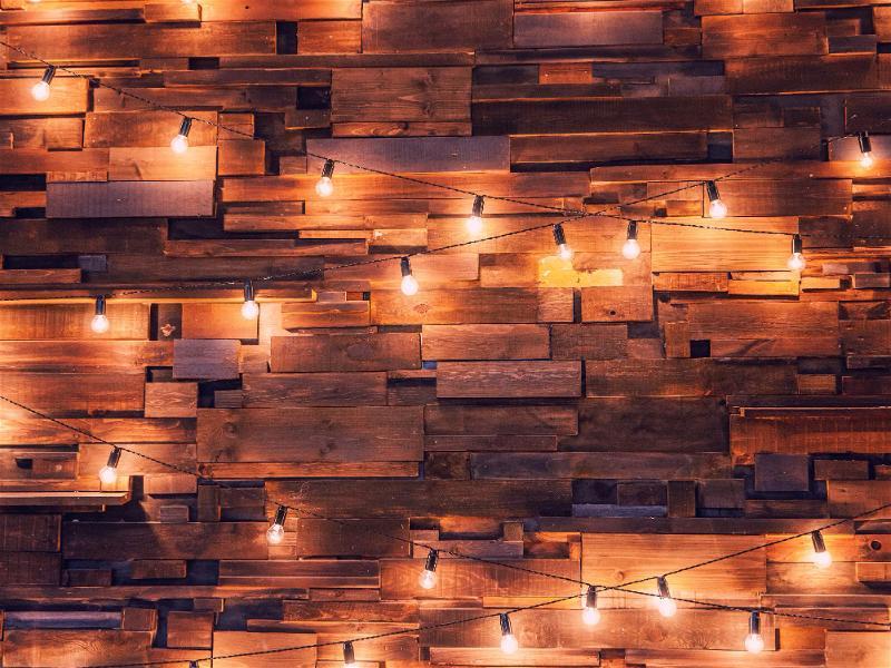 varal de lâmpada de led em parede de tijolos laranja