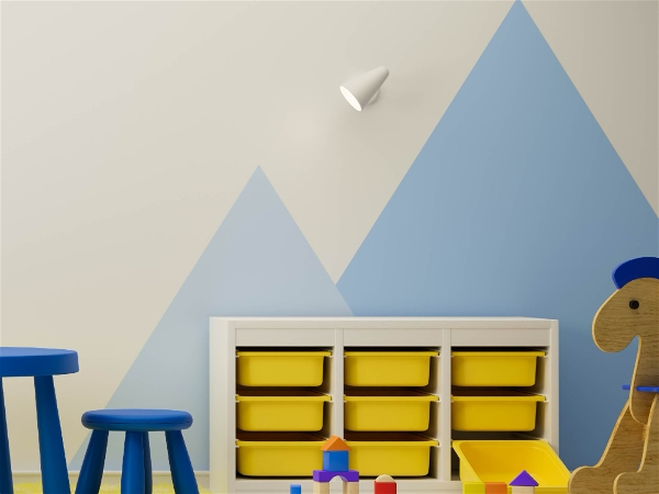 área de brinquedos com spot de luz no quarto infantil azul