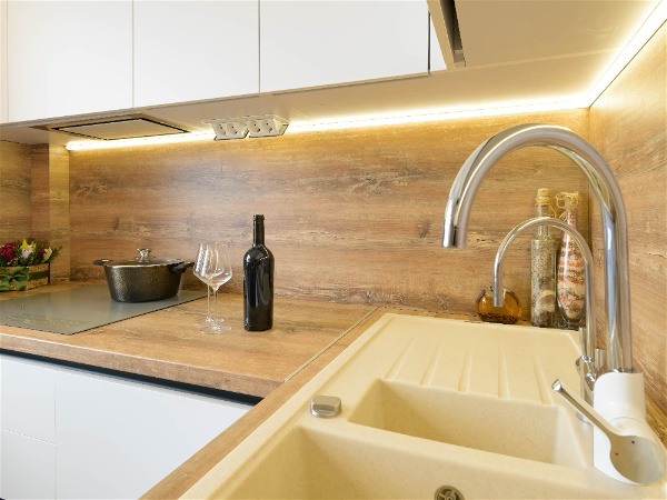 balcão de cozinha em madeira com fita de led sob o armário