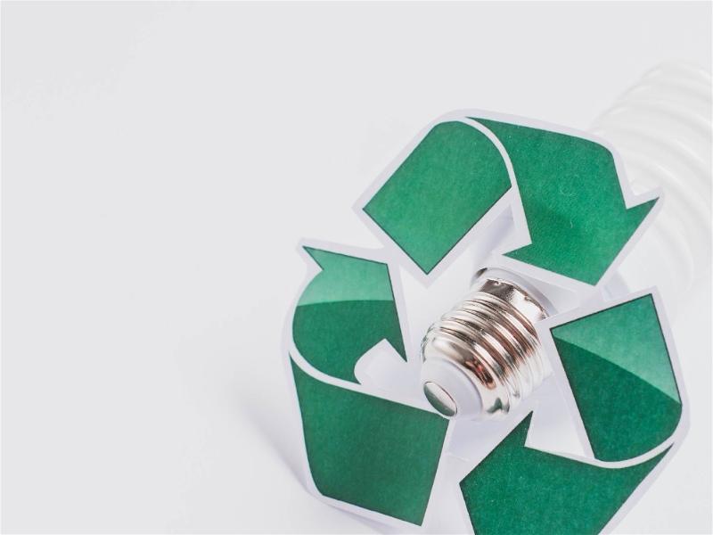 lâmpada com símbolo de reciclagem verde sobre ela