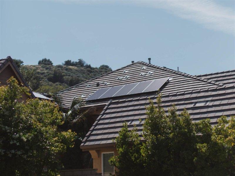 telhado de casa com painéis fotovoltaicos
