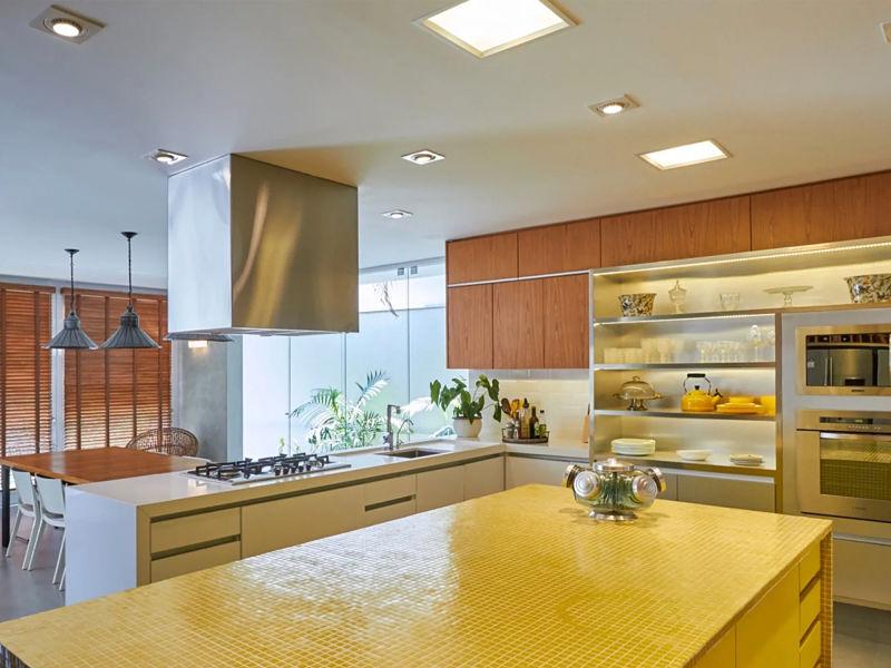 cozinha moderna iluminada com spot e plafons embutidos