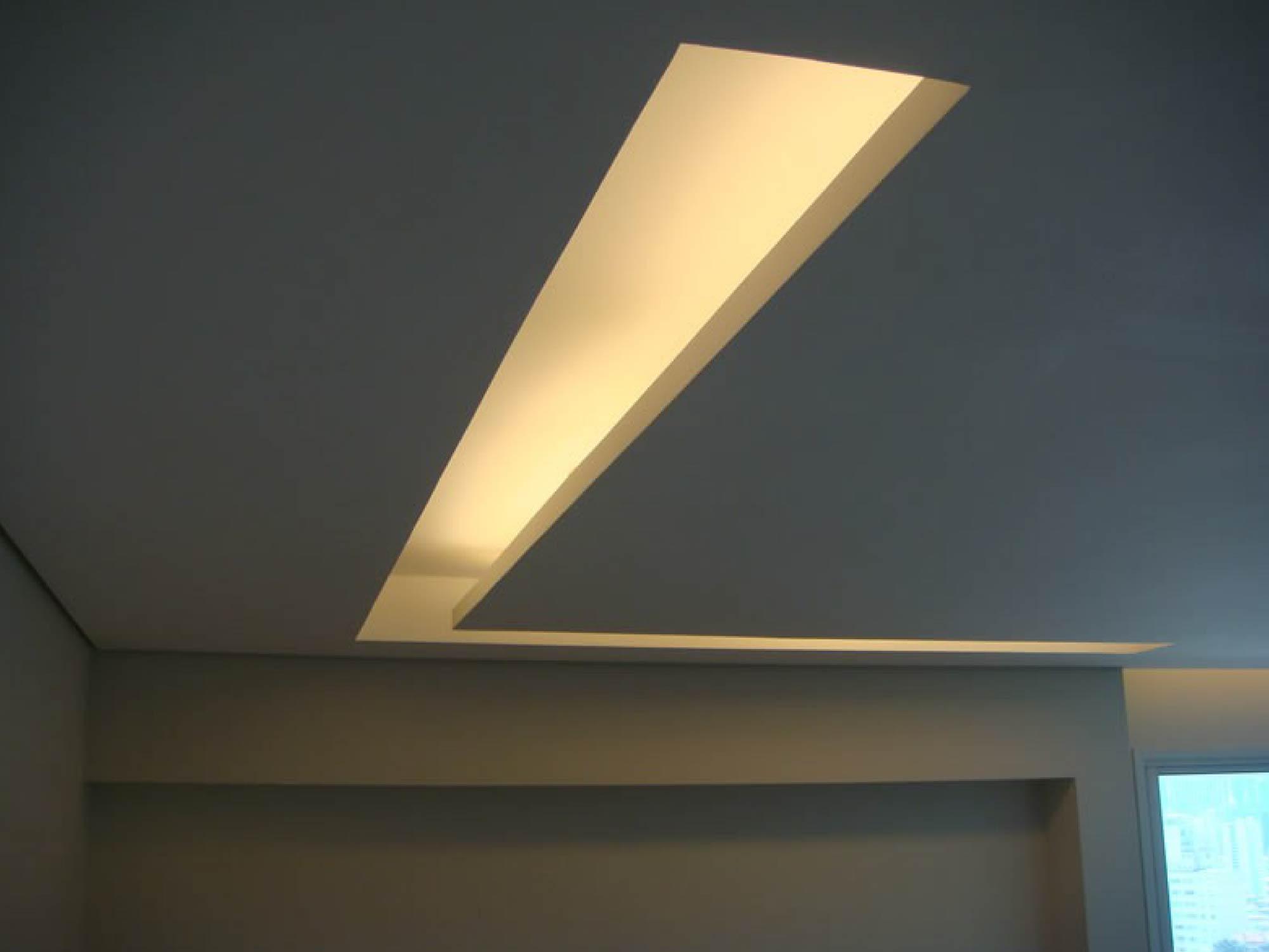 rasgo de luz no teto de gesso em formato de l