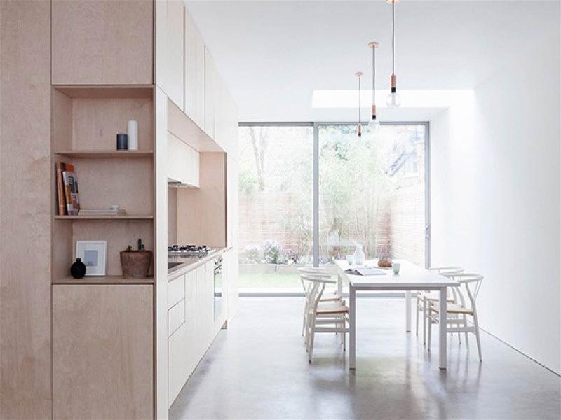 cozinha minimalista com luz natural e armário funcional