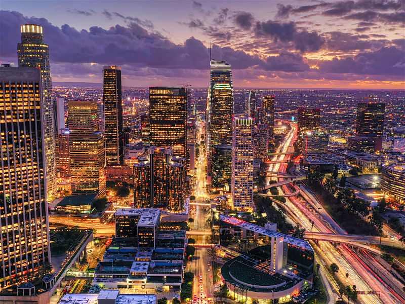 cidade com poluição luminosa em prédios e ruas